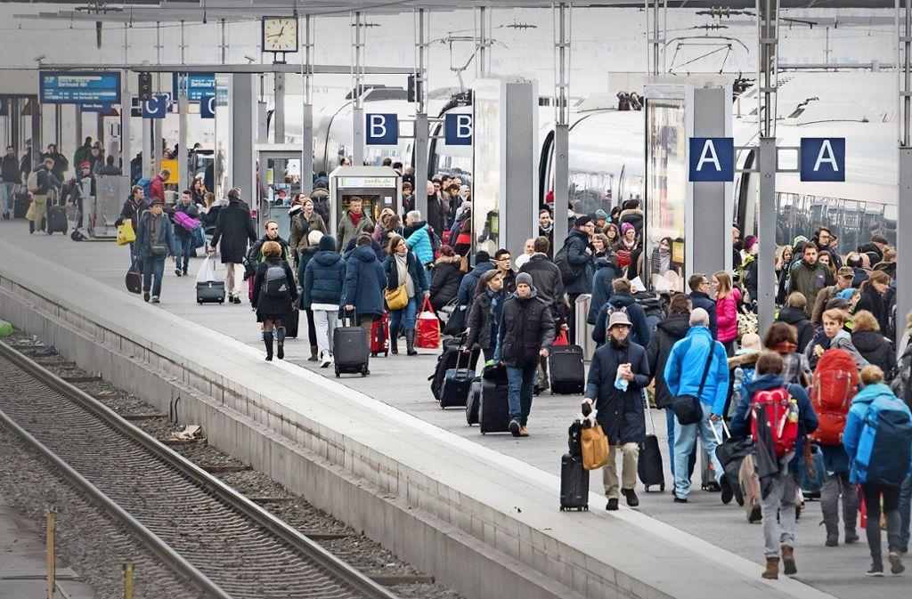Die Bahn wertet Züge erst ab der sechsten Minute als verspätet. Foto: dpa