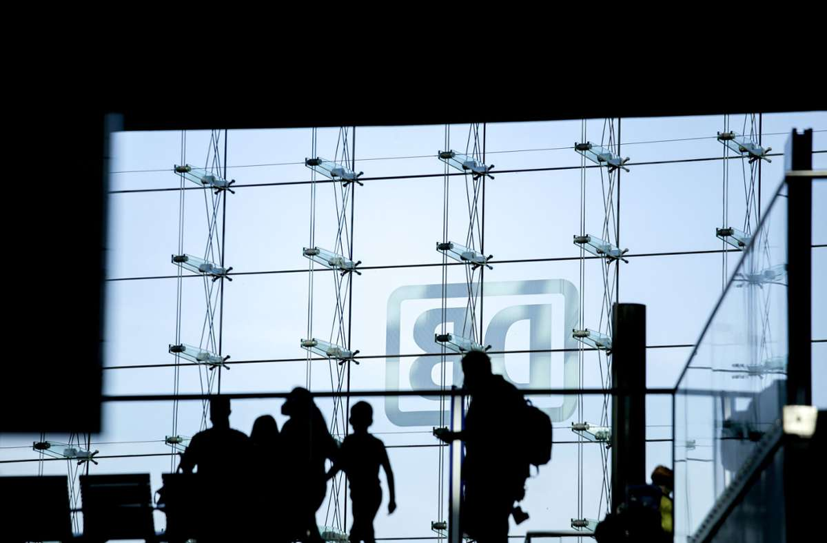 Die Lokführergewerkschaft GDL und die Deutsche Bahn haben einem Insider zufolge ihren festgefahrenen Tarifkonflikt überraschend gelöst (Archivbild). Foto: dpa/Carsten Koall