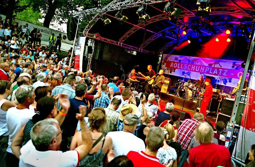 Da rückte man gern zusammen, um den Münchner  Rock-Veteranen mit Kultstatus möglichst nahe zu sein. Foto: Horst Rudel