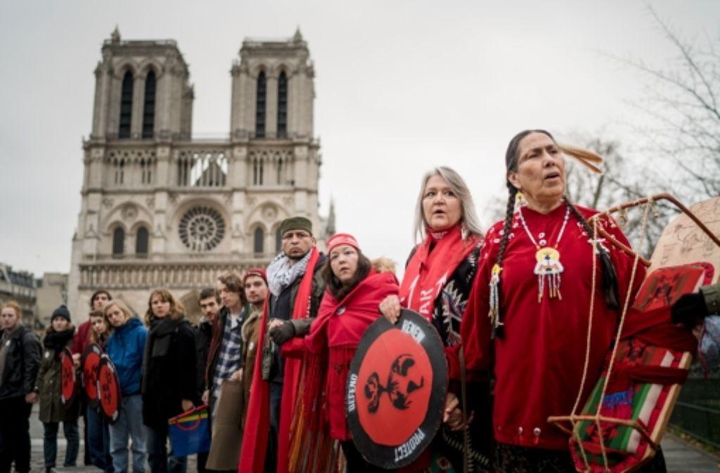 Vertreter der indigenen Völker demonstrieren während des UN-Klimagipfels vor Notre Dame in Paris. Foto: Allan Lisner