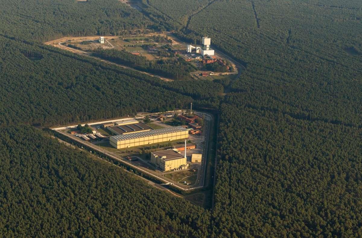 Das Atomare Zwischenlager (vorn), sowie das ehemalige Erkundungsbergwerk Gorleben (Luftaufnahme aus einem Flugzeug). Foto: dpa/Philipp Schulze