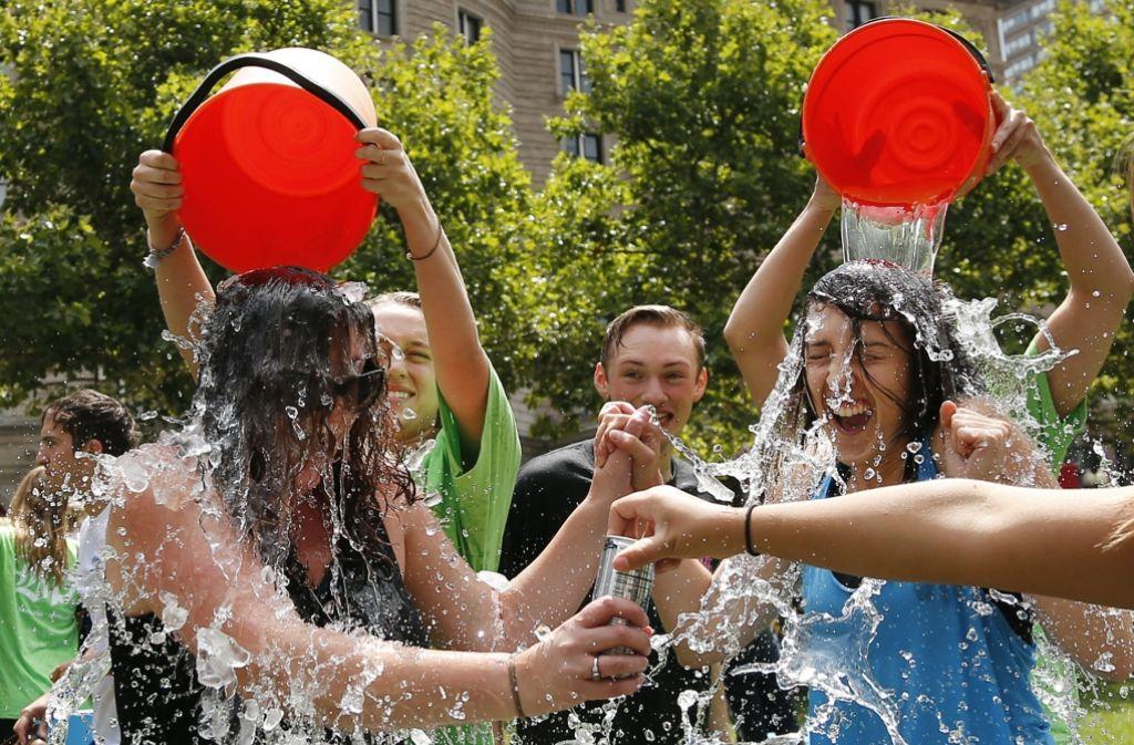 Eiskaltes Wasser über den Kopf, sich dabei filmen und Freunde nominieren: Hunderttausende haben an der Ice Bucket Challenge teilgenommen und Geld gespendet, damit die ALS, eine Erkrankung des motorischen Nervensystems, besser erforscht wird. Foto: AP/Archiv