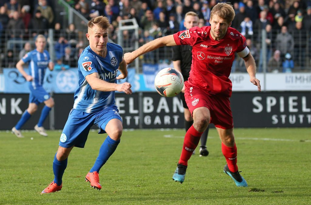 Malte Moos (li.) gegen Marc Stein: Gibt es das Duell Stuttgarter  Kickers gegen VfB Stuttgart II in der kommenden Saison erneut nur in der Oberliga? Foto: Baumann