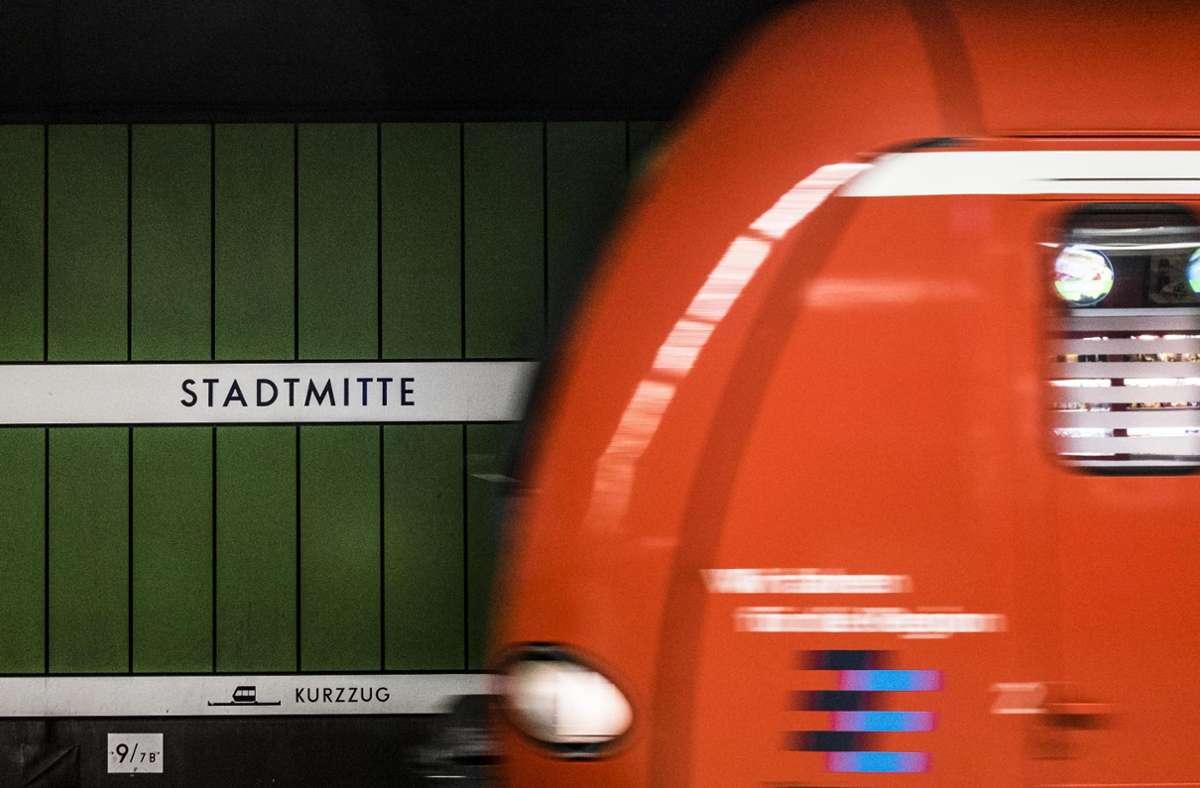 An S- und Stadtbahnhöfen im Stuttgarter Zentrum hingen politischen Protest-Plakate. Adressatin der Kritik ist vor allem die deutsche Polizei. Foto: Lichtgut/Max Kovalenko