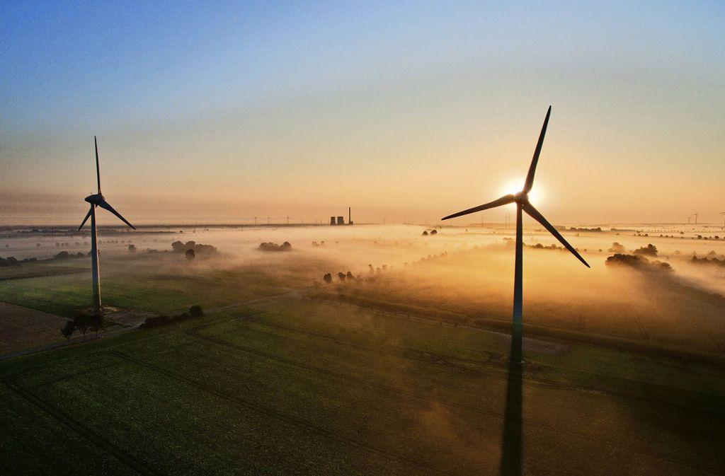Bisher rotieren im Landkreis Böblingen nur zwei Windräder (Symbolbild). Foto: /dpa/Julian Stratenschulte