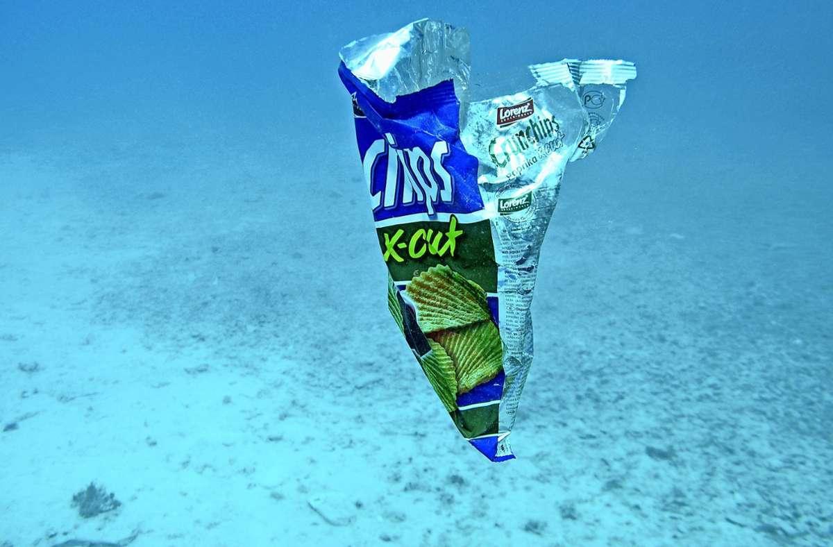 Hier ist eindeutig, worum es sich bei dem Müll handelt. Die Herkunft auch von zerfallenem Plastikabfall im Meer zu erkennen, ist das Ziel der Wissenschaftler. Foto: Franz Brümmer