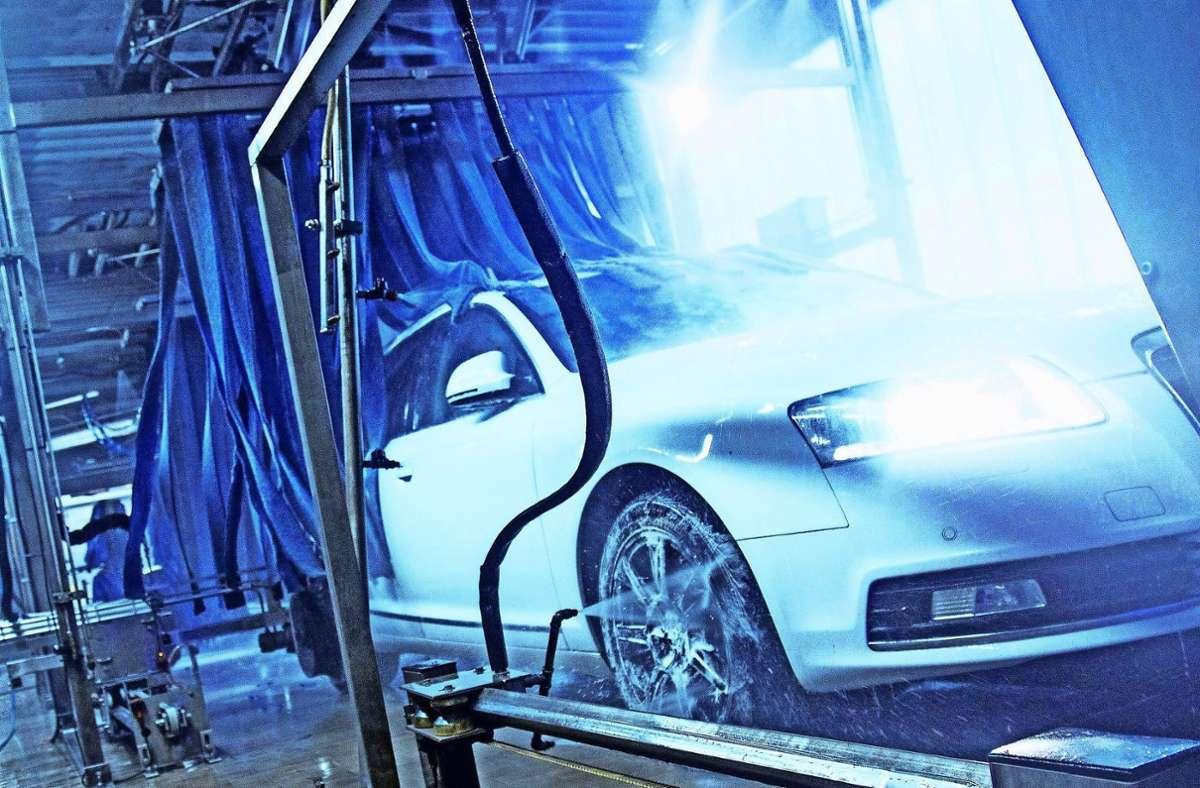 Wer sonntags ein sauberes Auto möchte, muss es samstags waschen. Foto: dpa//Christin Klose