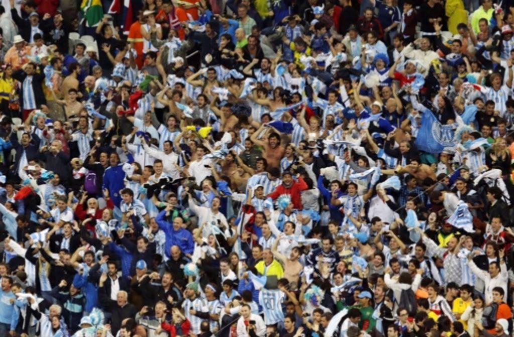 Von solchen Zuschauerkulissen können die Nicht-Fifa-Kicker nur träumen. Foto: AP