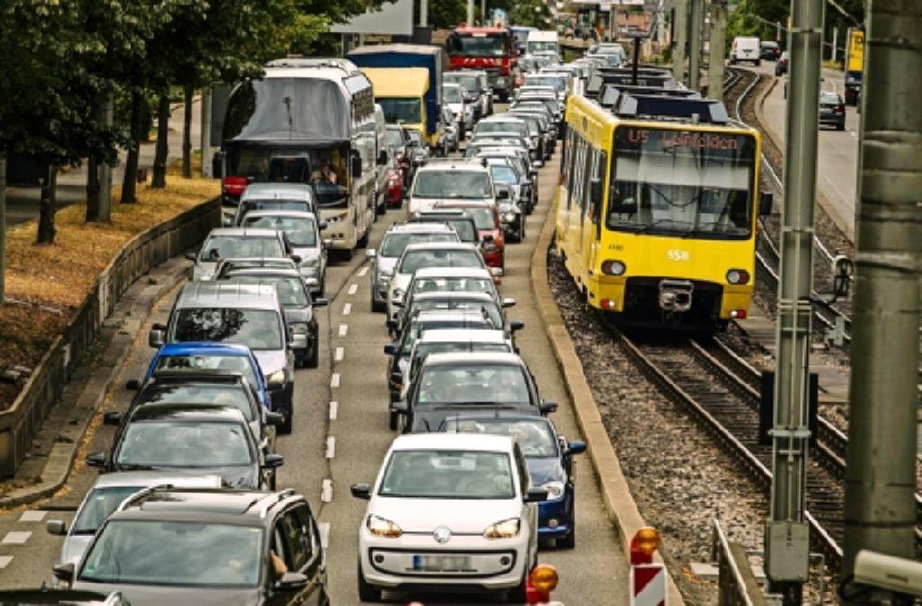 Staus in der Stuttgarter Innenstadt sollen   durch eine intelligente  Verkehrssteuerung vermieden  werden.     Foto:Lichtgut/Leif Piechowski Foto:
