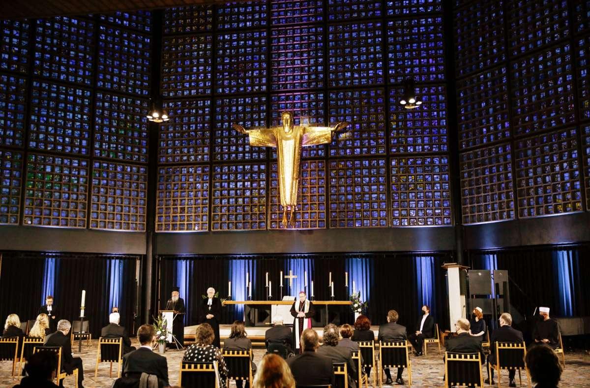 In der Kaiser-Wilhelm-Gedächtniskirche wird ein ökumenischer Gottesdienst für die Verstorbenen der Corona-Pandemie gefeiert. Unter den Gästen sind auch Bundespräsident Steinmeier und Bundeskanzlerin Merkel. Foto: AFP/Gordon Welters,