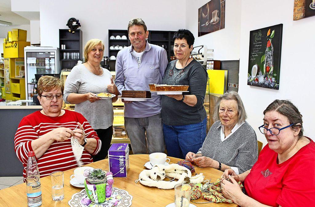 Birgit Buchalla mit Bernd und Heidi Käser (hinten von links) bringen Kuchen, während Cornelia Fuchs, Ursula Rabe und Roswitha Maier (vorne von links)  stricken und naschen. Foto: Caroline Holowiecki