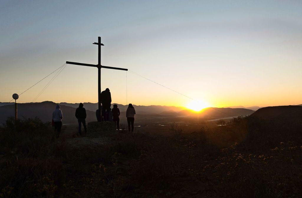 Auch in ihrer Zeit in der Lodge haben die Workcamp-Teilnehmer die Hände nicht in den Schoß gelegt und auf Bitten des Pfarrers ein sechs Meter hohes Kreuz auf einem Hügel auf gestellt. Foto: privat
