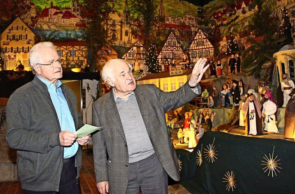 Pfarrer Pitzal erklärt Albert Kaspari seine Krippe. Foto: Ute Jenschur