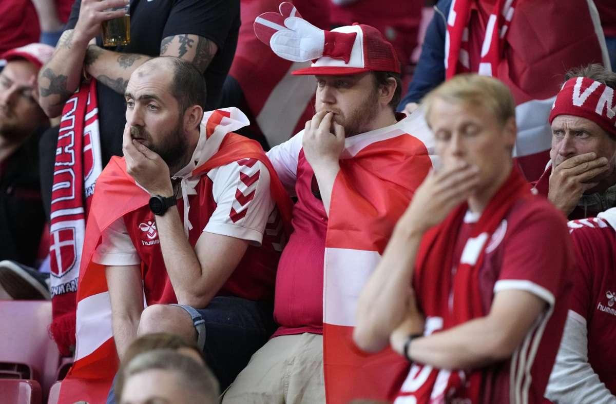 Die Fans im Stadion und an den TV-Geräten bangten um das Leben von Christian Eriksen. Foto: dpa/Martin Meissner