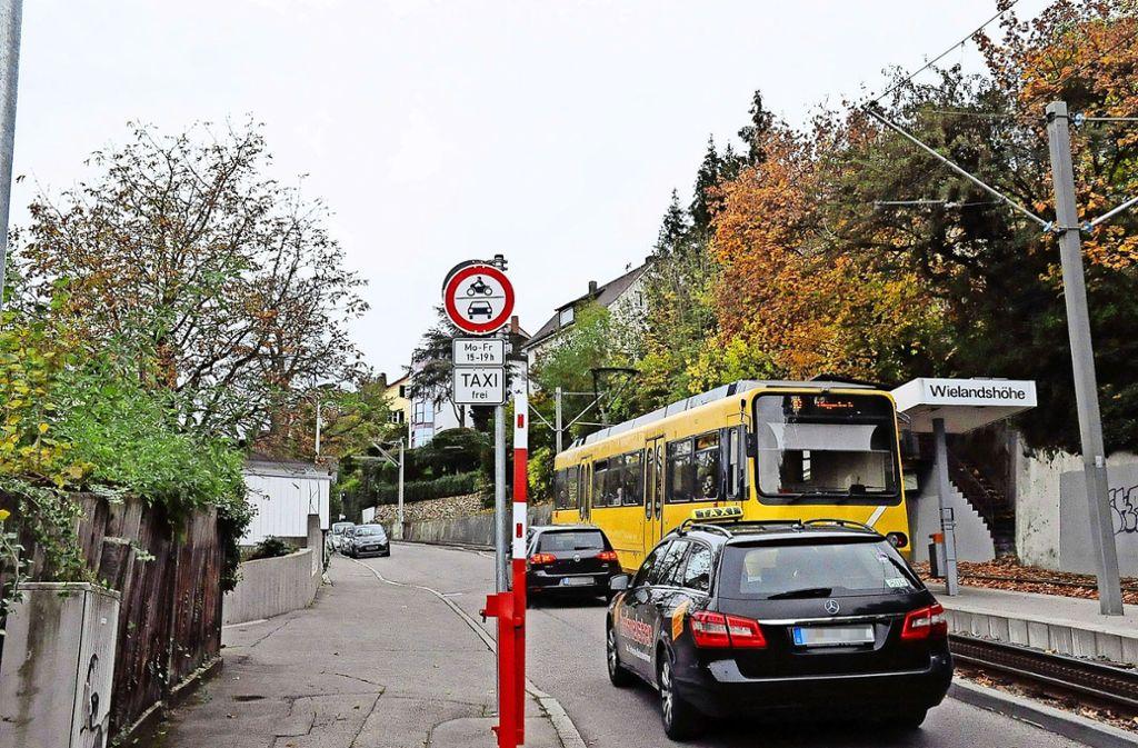 An der Alten Weinsteige ist oft deutlich mehr Verkehr, als erlaubt ist. Foto: Georg Linsenmann