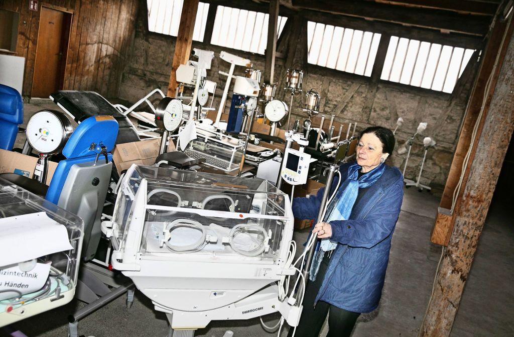 Carla Bregenzer sichtet das medizinische Gerät in der Kelter. Foto: Horst Rudel
