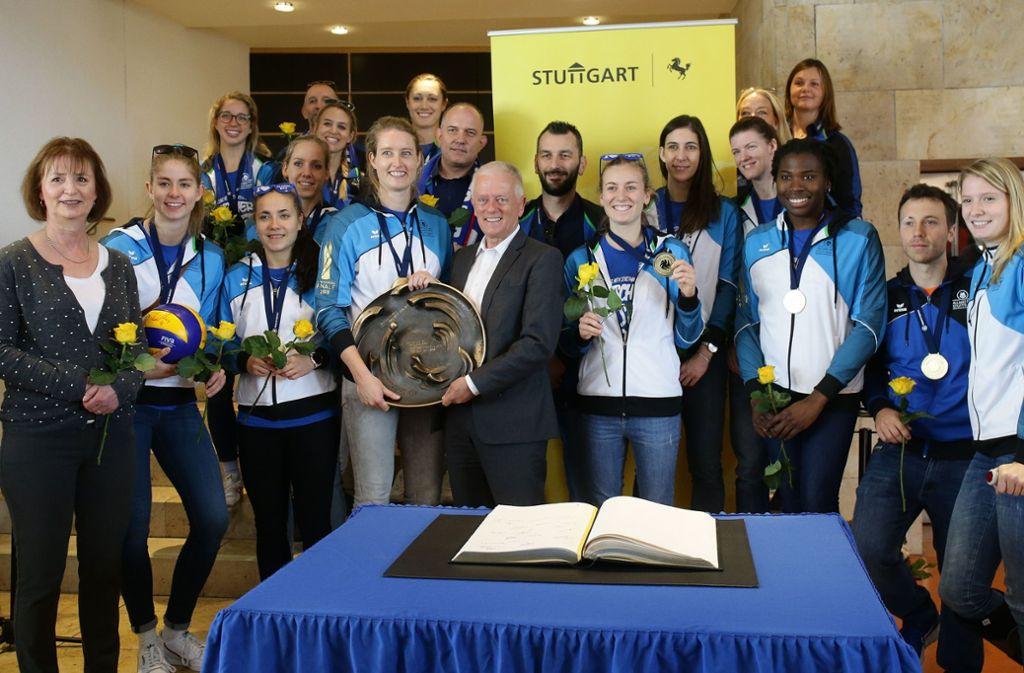 Gruppenbild mit Schale: Das gesamte Team von Allianz MTV Stuttgart war im Rathaus zu Gast.  Foto:  Baumann