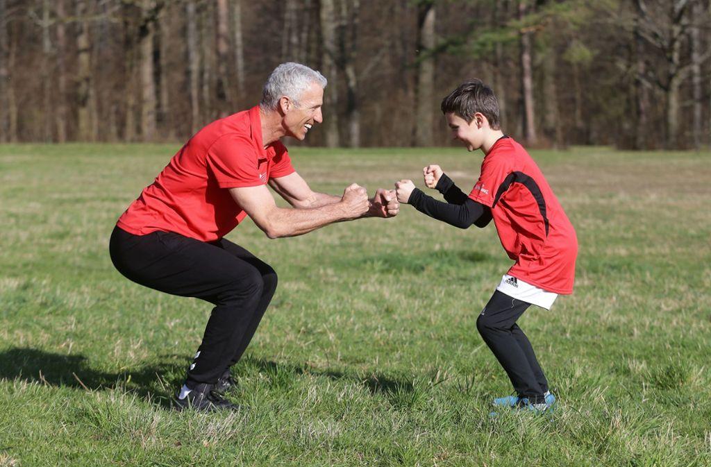 Dieter Bubeck (li.) und sein Sohn Nils trainieren ihr Gleichgewicht. Foto: Baumann