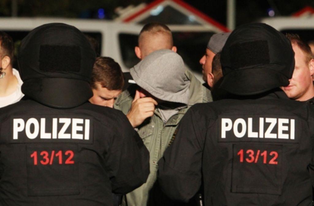 Im sächsischen Heidenau kesselte die Polizei Rechtsextreme ein, die trotz eines Versammlungsverbots gegen Flüchtlinge demonstrierten. Foto: dpa-Zentralbild