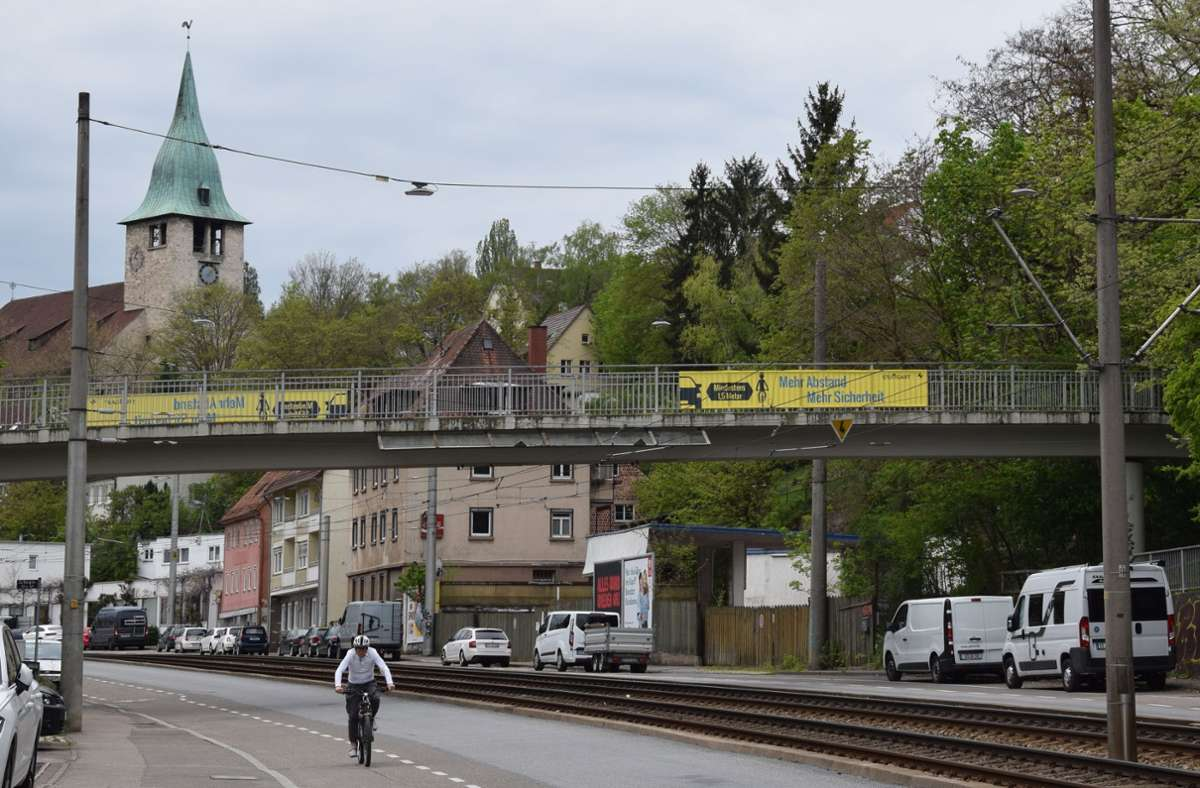 Die großen Banner an der Brücke werben für mehr Abstand beim Überholen. Foto: A. Kratz