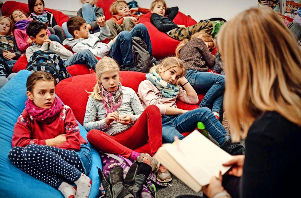 Beim Vorlesetag unserer Kinderzeitung greifen Redakteure zum Buch. Foto: Lichtgut/Leif Piechowski