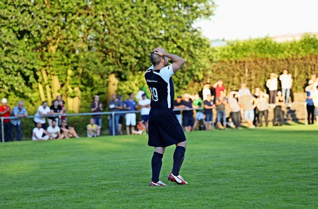 Leidenszeit  für die Fußballer des TSV Schmiden in Hohenacker: Bastian Csintalan    nach der Niederlage im Elfmeterschießen Foto: Patricia Sigerist