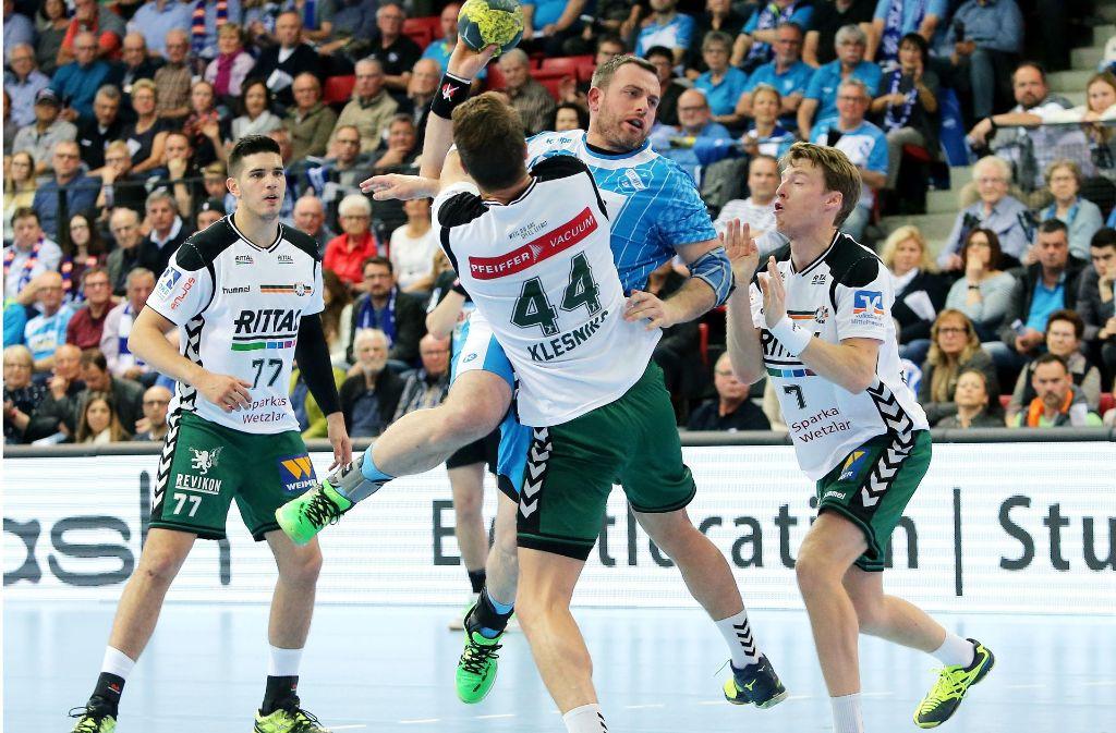 Simon Baumgarten (TVB, Mitte) gegen Evars Klesniks (Wetzlar): Der TVB Stuttgart unterlag gegen den HSG Wetzlar. Foto: Pressefoto Baumann