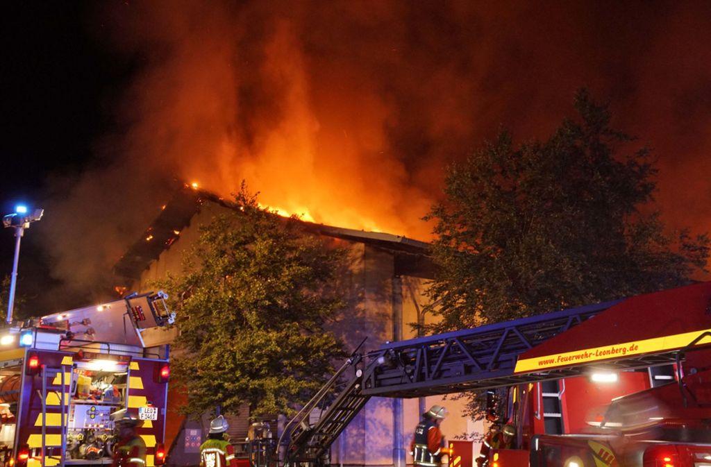 Die Feuerwehr kämpft gegen die Flammen. Foto: Andreas Rosar
