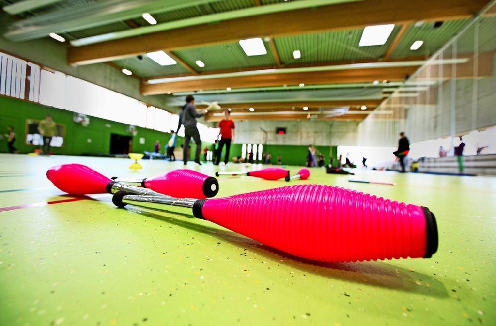 Die Mehrzweckhalle in Aichtal-Grötzingen ist die ideale Spielwiese für die Jongliergemeinde. Foto: Horst Rudel