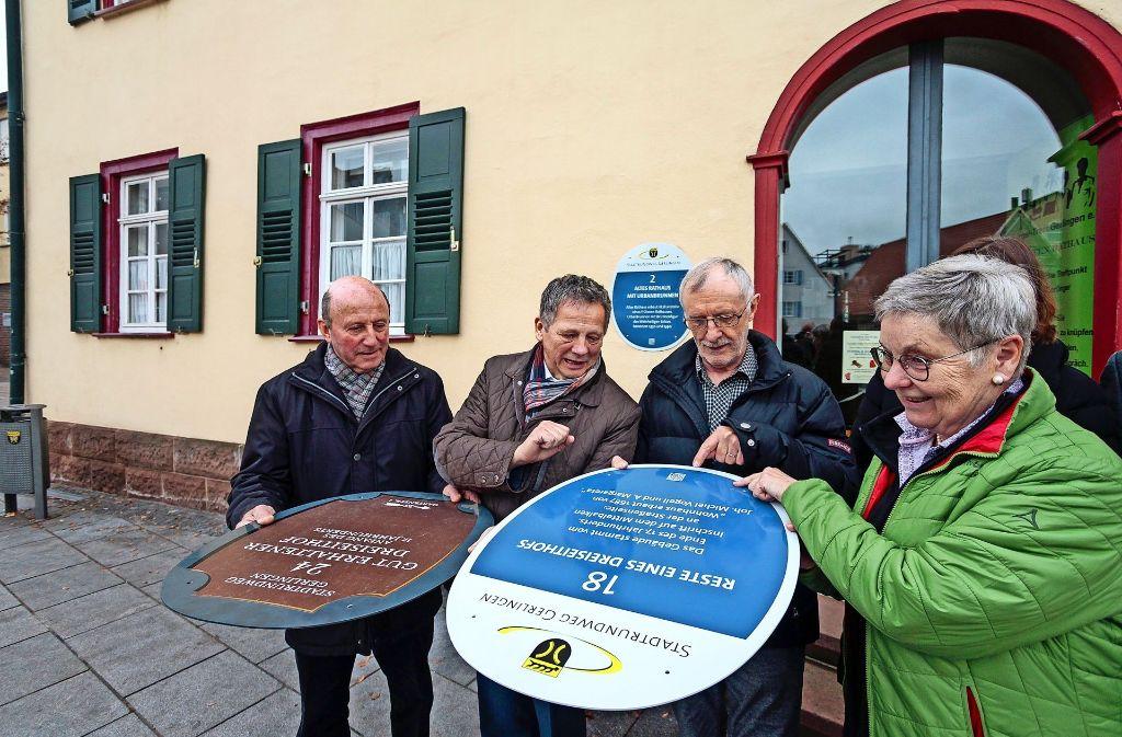 Brigitte Fink und  Verantwortliche des Heimatpflegevereins sowie Bürgermeister Georg Brenner (Zweiter von links) vergleichen alte und neue Schilder. Foto: factum