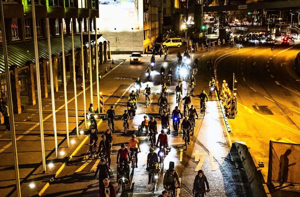 Im Korso bewegen sich die Radfahrer bei den  Critical-Mass-Demos durch die Stadt. An diesem Freitag kommen sie nach  Zuffenhausen. Foto: Lichtgut/Julian Rettig