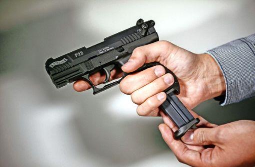 Maskierte bedrohen Imbiss-Mitarbeiterin mit Pistole