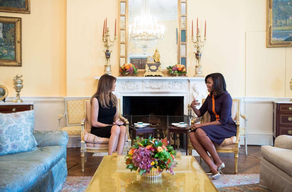 Melania Trump und Michelle Obama unterhalten sich über Kinder. Foto: dpa