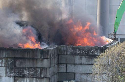 Müllberg einer Recyclingfirma steht meterhoch in Flammen