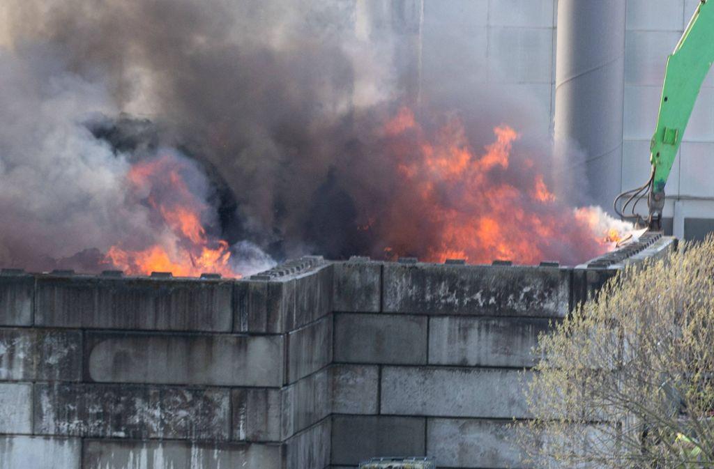 Der Brand auf dem Hof einer Recyclingfirma sorgt für eine enorme Rauchentwicklung. Foto: 7aktuell.de/Simon Adomat/7aktuell.de | Simon Adomat
