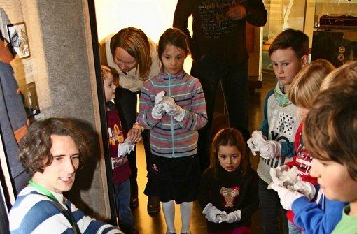 Uniformen für Kinder und Förmchen aus Dosen