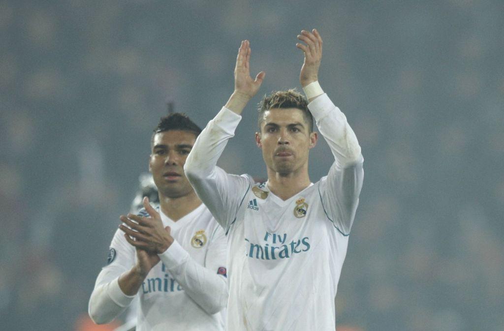 Die beiden Torschützen Cristiano Ronaldo (rechts) und Casemiro sichern den Sieg von Real Madrid gegen Paris. Foto: AP