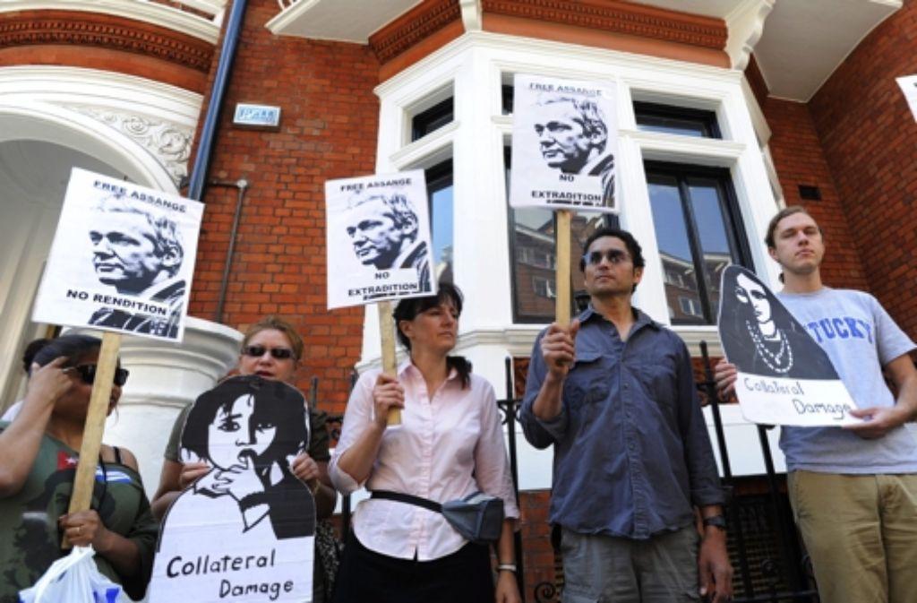 Vor der Botschaft Ecuadors versammeln sich ein paar Assange-Fans. Foto: dpa