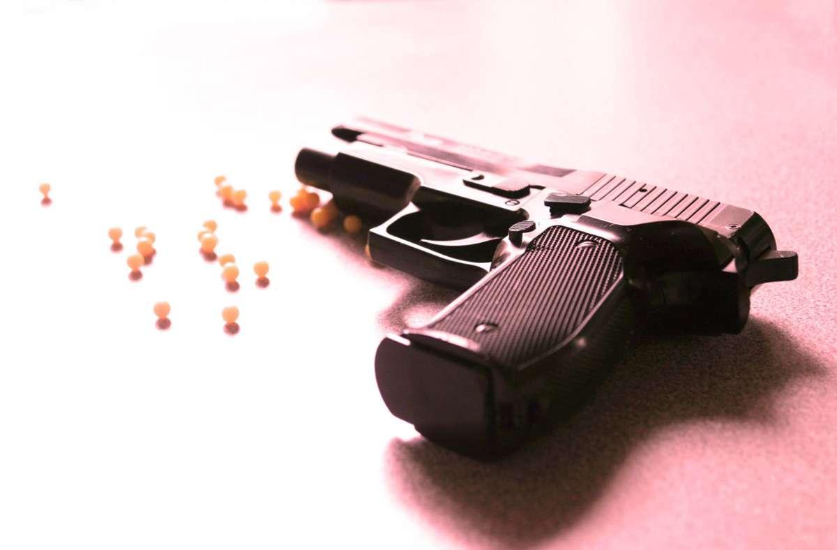 Weil Jugendliche mit einer Softair-Pistole hantiert hatten, rückte die Polizei aus. (Symbolbild) Foto: imago stock&people/imago stock&people