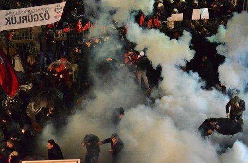 """Proteste gegen die staatliche Übernahme  der Oppositionszeitung """"Zaman""""  wurden brutal aufgelöst. Foto: dpa"""