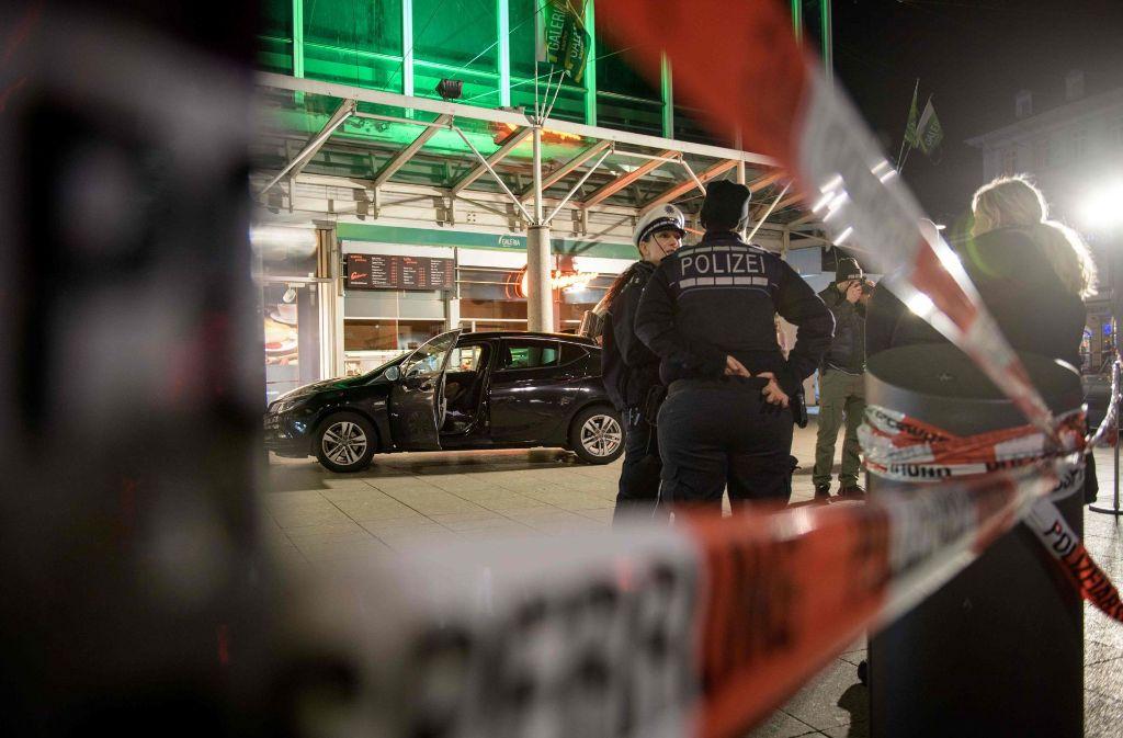 Die Fahnder setzten am Auto auch einen Sprengstoffspürhund ein. Das Tier habe aber nicht angeschlagen, hieß es. Foto: AFP