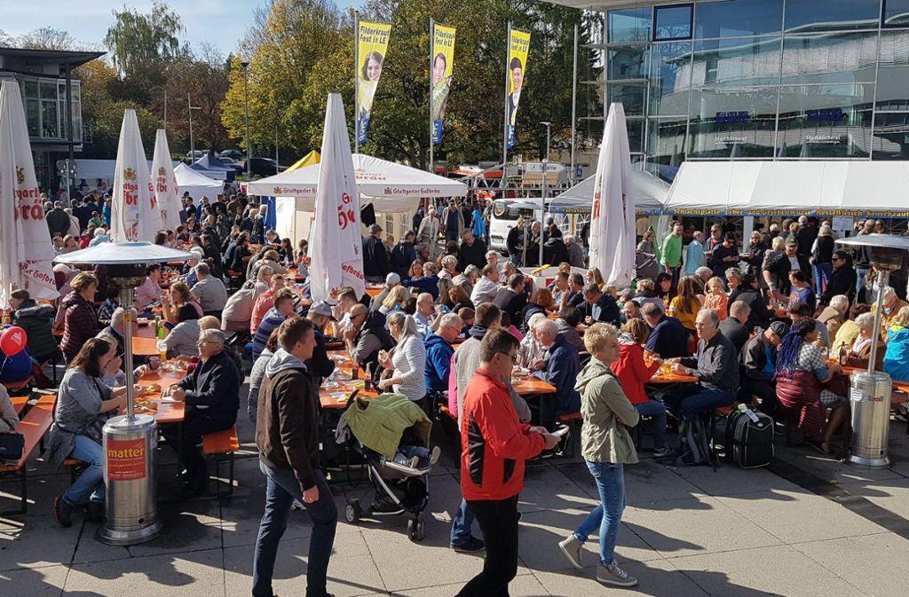 Am Sonntagmittag haben viele Krautfest-Besucher an den Biertischgarnituren auf dem Neuen Markt in Leinfelden Platz genommen. Foto: Thomas Krämer