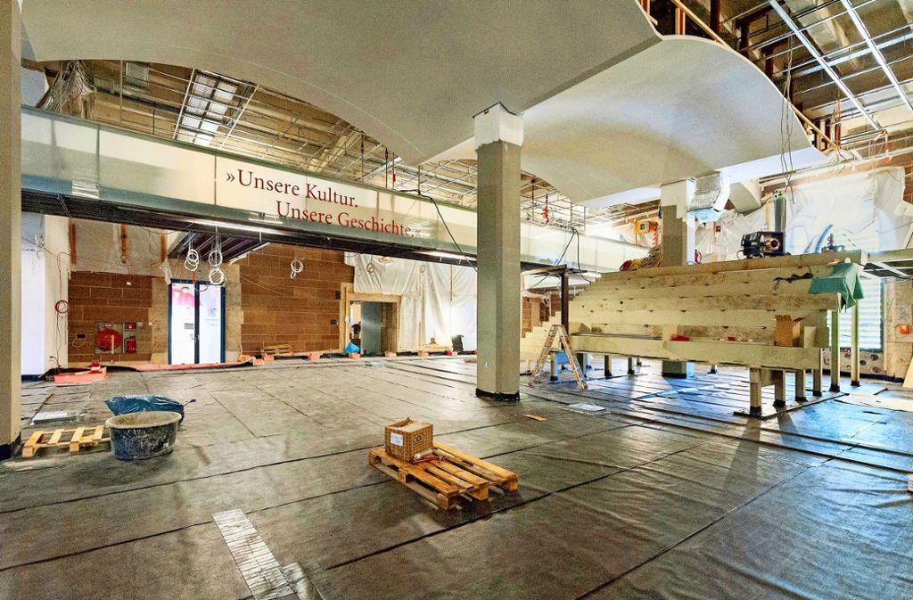 Das Stahlgerüst für die künftige Arenatreppe in der Eingangshalle des Alten Schlosses nimmt Formen an. Links ist der alte und neue Eingang. Foto: Lichtgut/Leif Piechowski