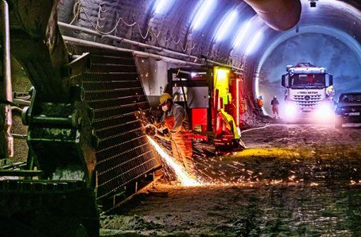 Im Flughafentunnel sprühen zum Bergfest die Funken