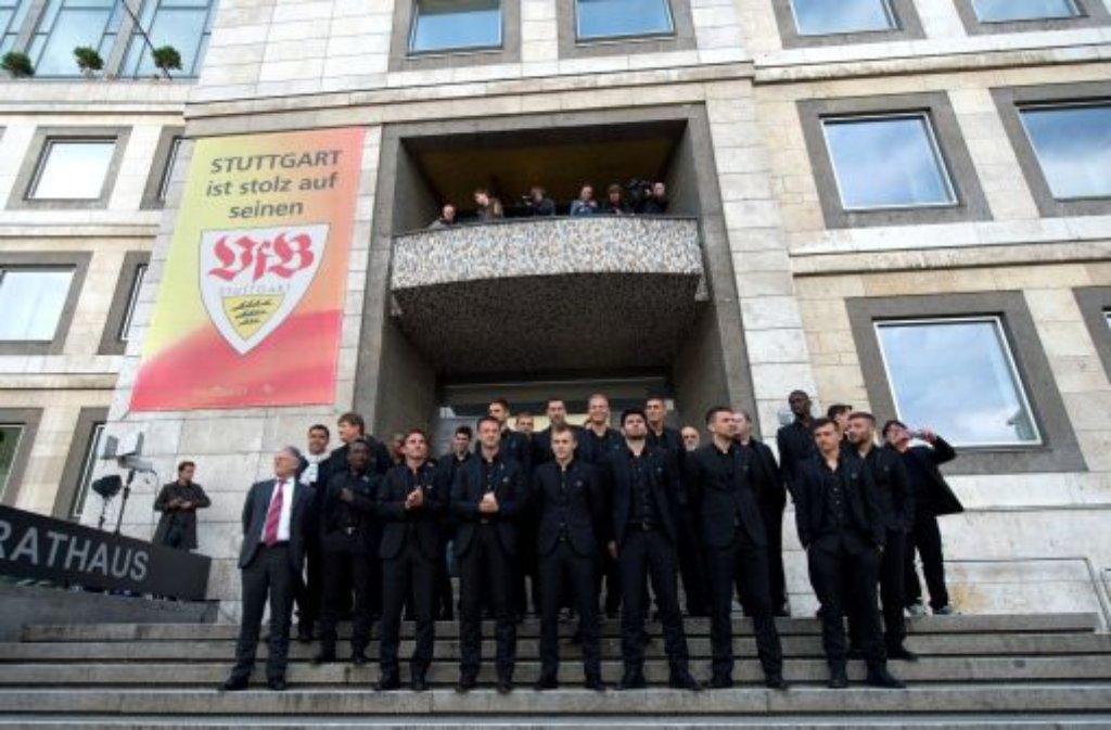 Einen Tag nach ihrer Niederlage im DFB-Pokal sind die Spieler des VfB Stuttgart im Rathaus ihrer Heimatstadt empfangen worden. Oberbürgermeister Fritz Kuhn (Grüne) hatte trotz der Niederlage viel Lob für den VfB parat.  Foto: dpa
