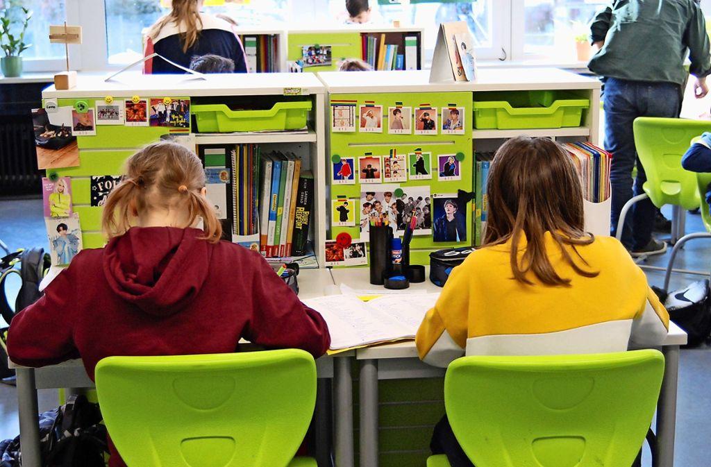Farbenfroh geht es an der Fellbacher  Zeppelinschule zu: Zwei Fünftklässlerinnen bei ihrer Lernzeit. Foto: Claudia Bell