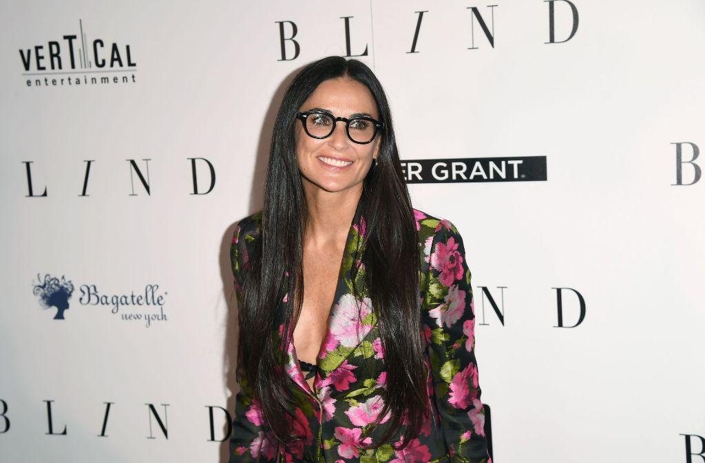"""Dezentes Make-Up, eine markante Brille und kaum gestylte Haare: Demi Moore erschien bei der Premierenfeier ihres neuen Films """"Blind"""" am Montagabend in New York herrlich natürlich. In unserer Bildergalerie zeigen wir, wer außerdem über den Roten Teppich lief. Foto: AFP"""