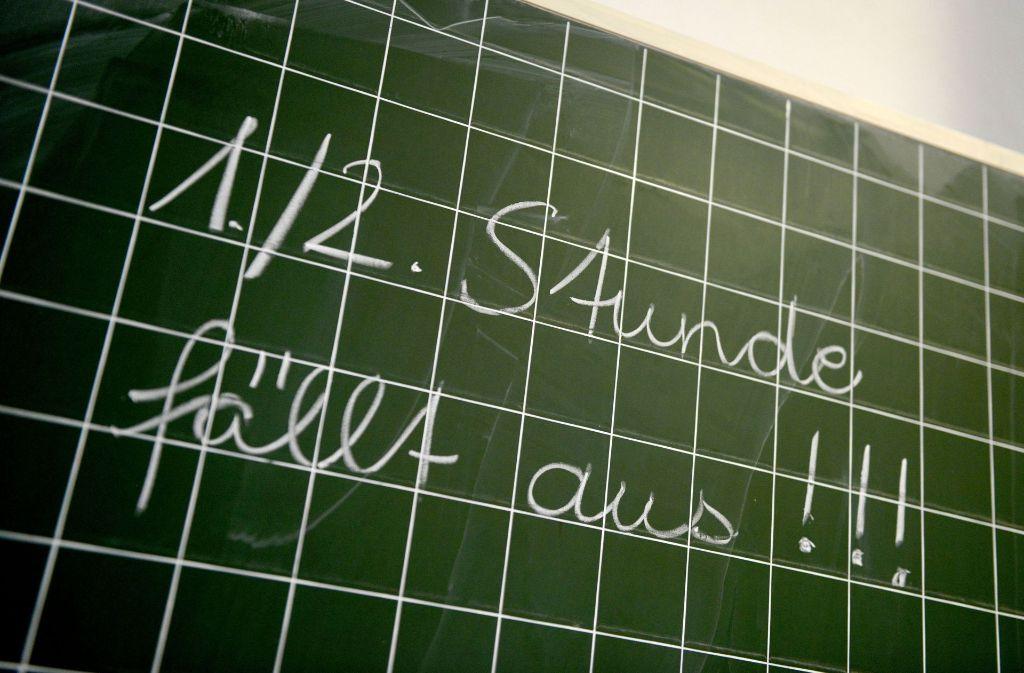 Früher an der Tafel, heute per App: Information über Unterrichtsausfall für Eltern und Schüler. Foto: dpa