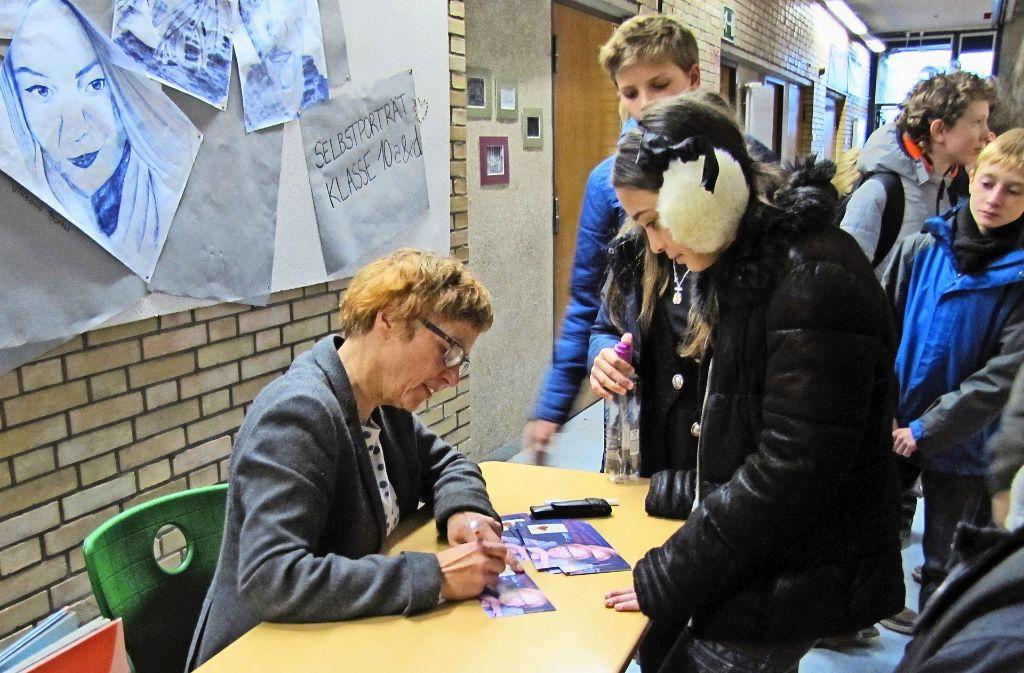 Der Andrang der Schüler zur Autogrammstunde  nach Claudia Schreibers Lesung war groß. Foto: Jacqueline Fritsch