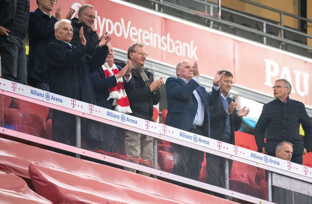 Auf der VIP-Tribüne tummelten sich die Mitglieder beider Club-Delegationen ohne Mundschutz. Foto: dpa/Matthias Balk